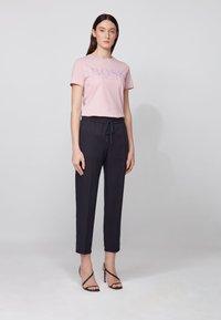 BOSS - TEMELLOW - Print T-shirt - light purple - 1