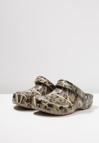 Crocs - CLASSIC REALTREE - Zuecos - khaki - 2