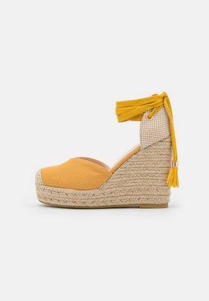WIDE FIT DORIAN - Zapatos de plataforma - yellow
