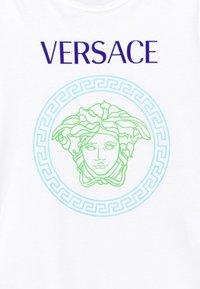 Versace - SHORT SLEEVES AND MEDUSA PRINT UNISEX - Triko spotiskem - white/bluette/light blue - 2
