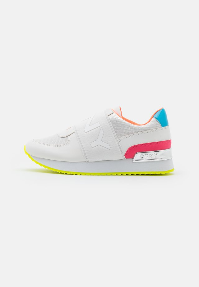 MARLI - Półbuty wsuwane - white/neon pink