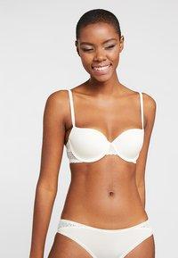 Calvin Klein Underwear - FLIRTY LINED BALCON - Kaarituelliset rintaliivit - ivory - 0