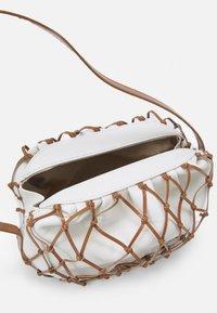 Rejina Pyo - SONNY BAG - Handbag - ivory/brown - 3