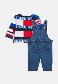 Tommy Hilfiger - BABY BOY DUNGAREE SET - Lacláče - denim - 1