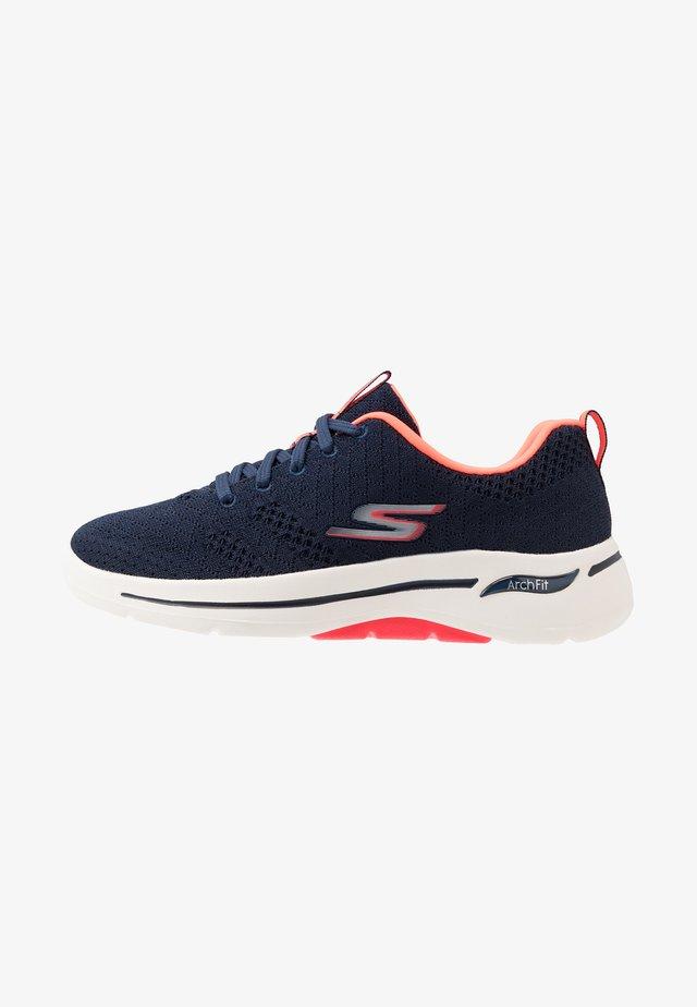 GO WALK ARCH FIT - Sportieve wandelschoenen - navy/coral