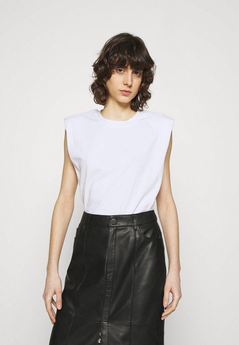 JUST FEMALE - BEIJING  - Basic T-shirt - white