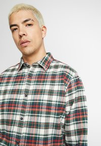 Knowledge Cotton Apparel - CHECKED - Skjorta - green forest - 4