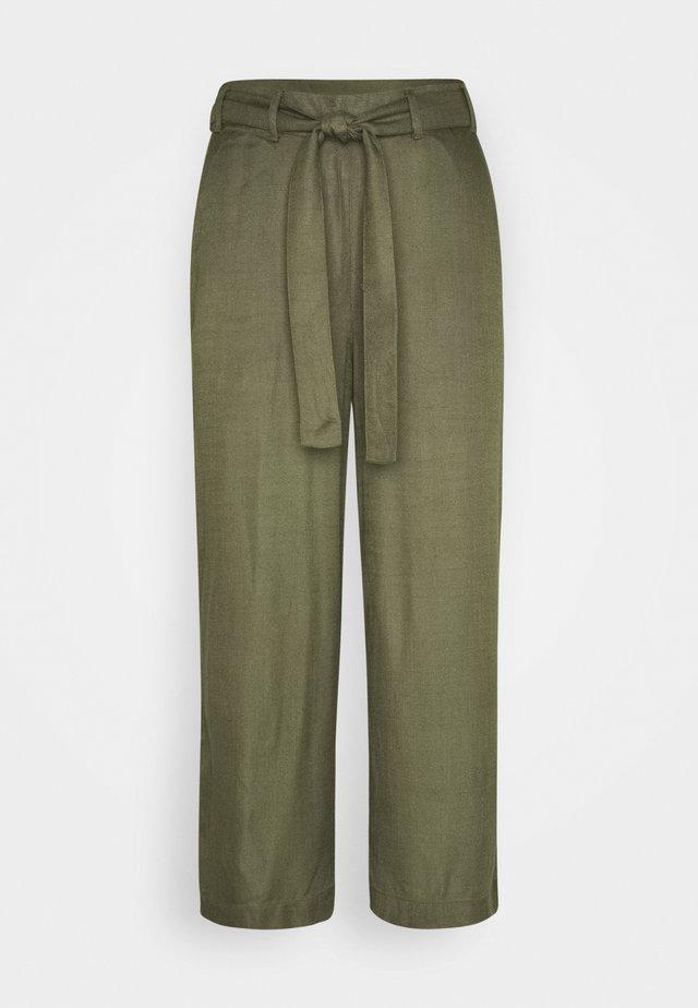 NOUR LINE CROPPED PANTS - Pantalon classique - grape leaf