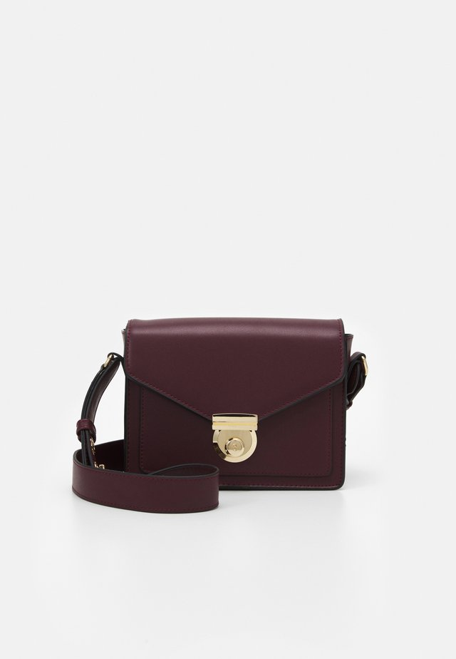STRUCTURED BOXY XBODY - Sac bandoulière - oxblood