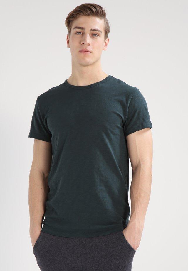 LASSEN  - T-shirts - darkest spruce