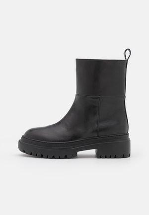 BIKER - Kotníkové boty na platformě - black