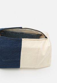 Levi's® - LEVI'S® X PORTO ALEGRE LARGE DENIM POUCH - Trousse de toilette - light-blue denim/beige - 3