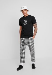 Vans - DISTORT PERFORMANCE  - Print T-shirt - black - 1