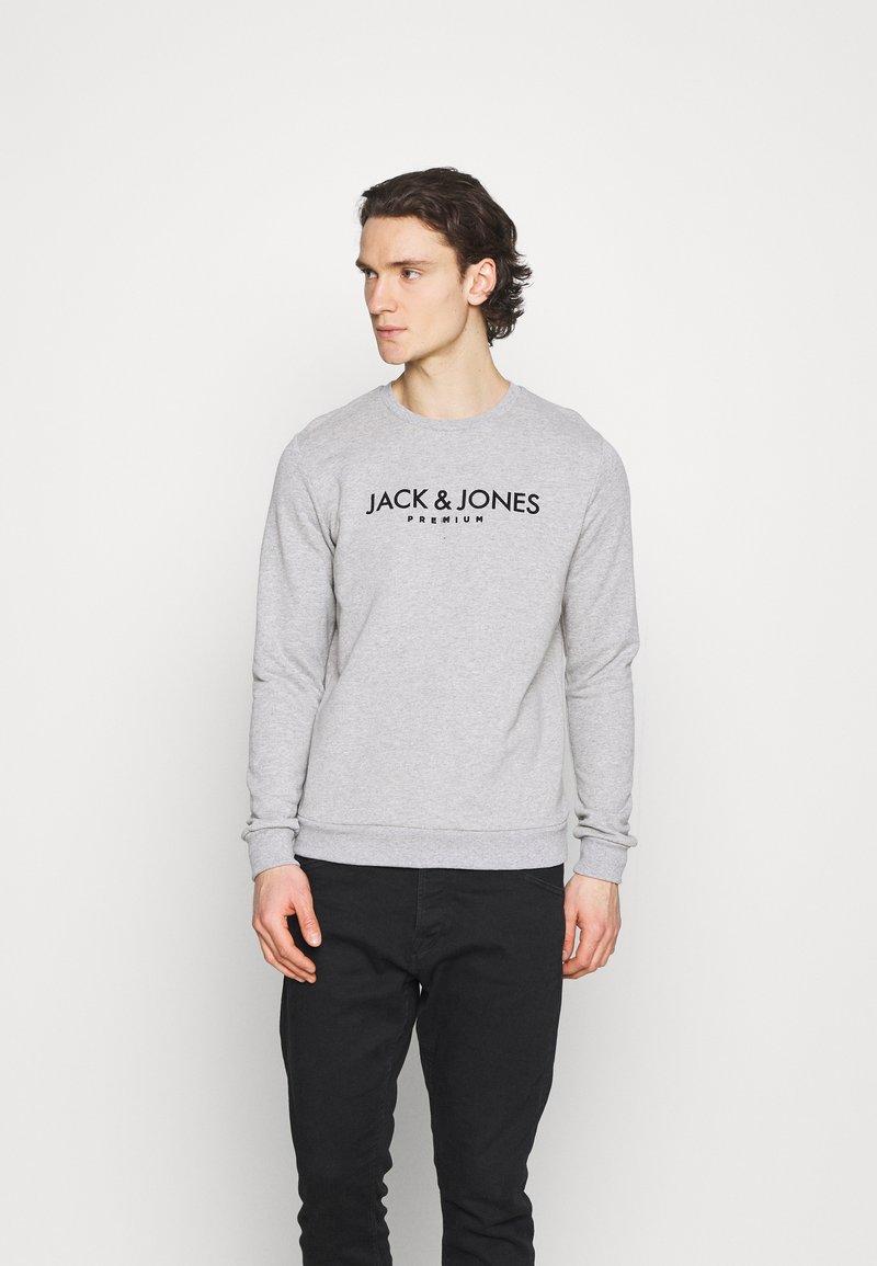 Jack & Jones PREMIUM - JPRBLAJAKE CREW NECK - Sweater - cool grey