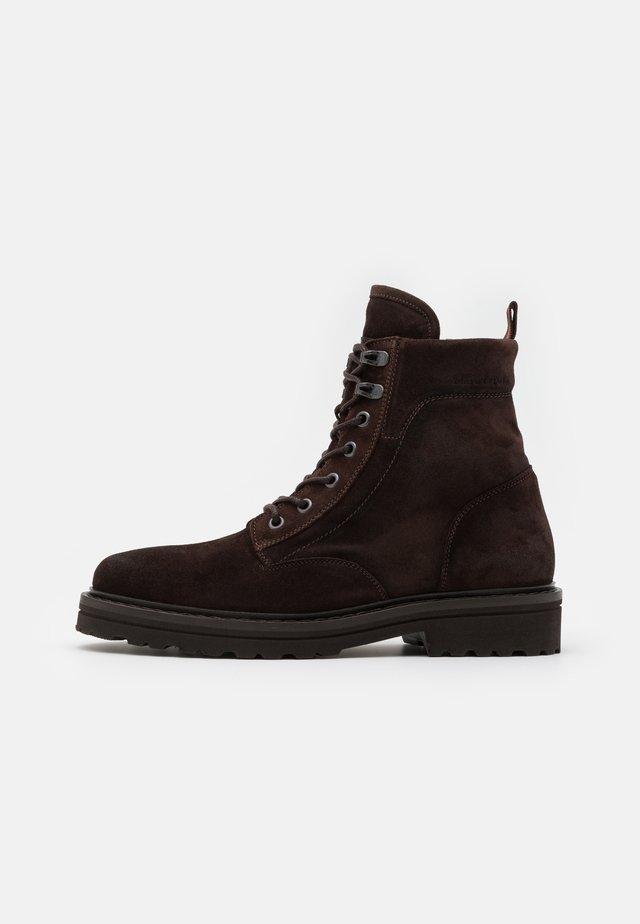 LACE UP BOOT - Botines con cordones - dark brown