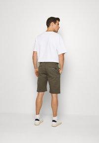 INDICODE JEANS - EXCLUSIVE STELLAN 2 PACK - Shorts - kakhi/offwhite - 2