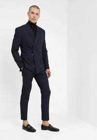 Isaac Dewhirst - DOUBLE BREASTED PLAIN SLIM FIT SUIT - Completo - navy - 1