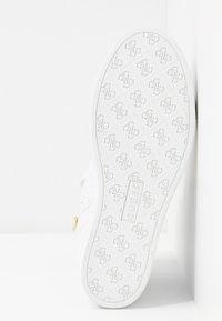 Guess - FREETA - Sneakersy wysokie - white - 6