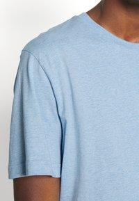Selected Homme - SLHNORMAN O NECK TEE - Basic T-shirt - ballad blue melange - 3