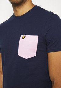 Lyle & Scott - CONTRAST POCKET - Print T-shirt - navy/ dusky lilac - 5