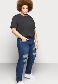 Glamorous Curve - RIPPED CECE - Relaxed fit jeans - dark blue wash - 3