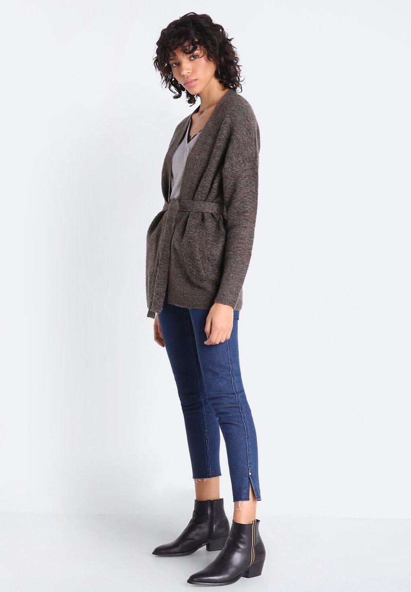 BONOBO Jeans MIT GÜRTEL - Strickjacke - vert kaki/khaki cTmHtI