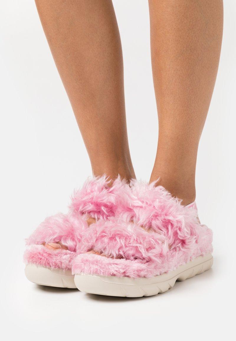 UGG - FLUFF SUGAR  - Sandalen met plateauzool - pink