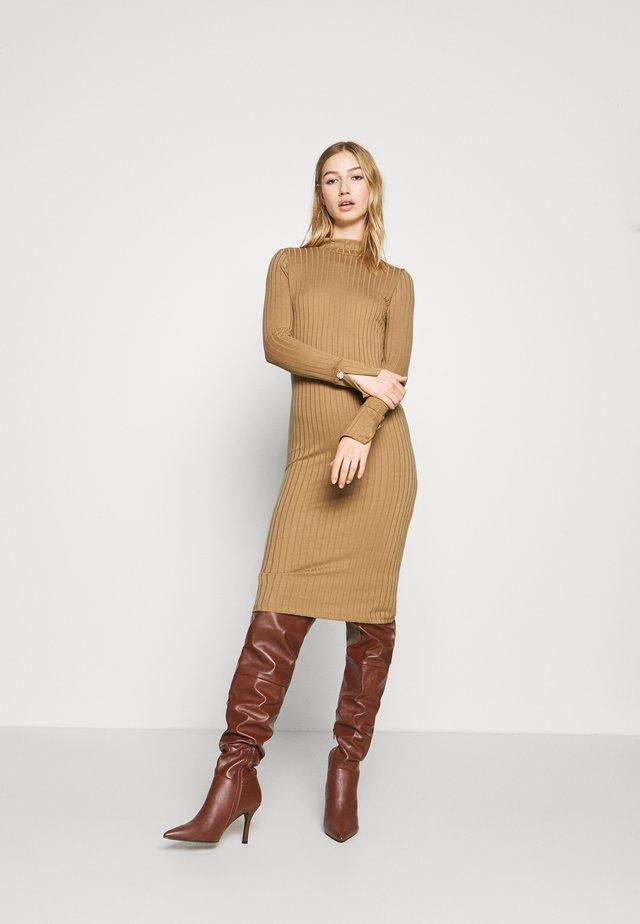 VMVILJA DRESS - Robe fourreau - camel