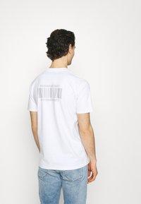 YAVI ARCHIE - BARCODE - Print T-shirt - white - 2