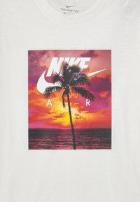 Nike Sportswear - PHOTO PALM - Print T-shirt - white - 2