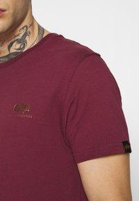 Alpha Industries - BASIC SMALL LOGO FOIL PRINT - T-paita - burgundy/gold - 5