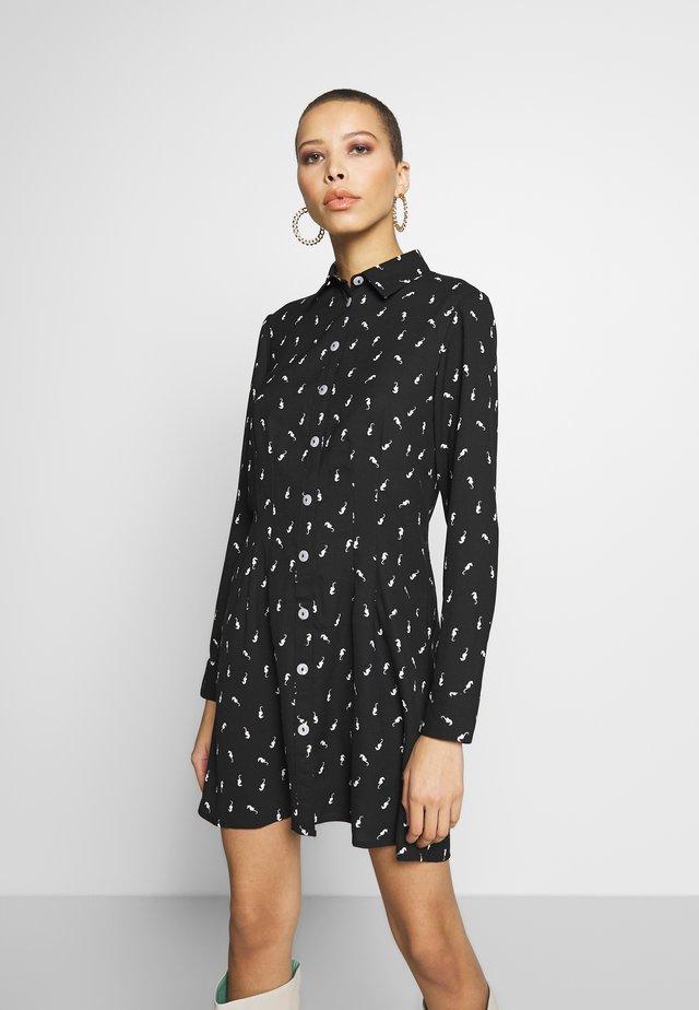 SEAHORSE PRINT SEAMED SHIRT DRESS - Abito a camicia - black/white