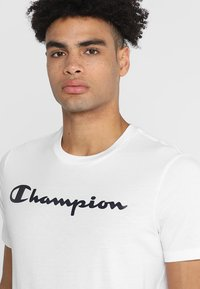 Champion - CREWNECK  - Camiseta estampada - white - 4