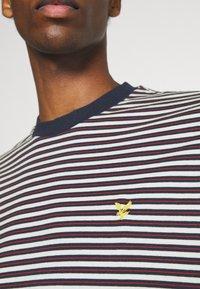 Lyle & Scott - ARCHIVE STRIPE RELAXED FIT - Print T-shirt - dark navy - 5