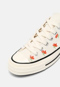 Converse - CHUCK 70 EMBROIDERED GARDEN PARTY - Trainers - egret/bright poppy/black - 9