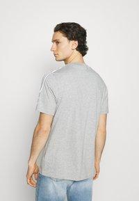 adidas Originals - TECH TEE UNISEX - T-shirt imprimé - medium grey heather - 2