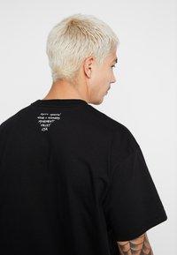 Carhartt WIP - MATT MARTIN FLAGS T-SHIRT - T-shirt con stampa - black - 5