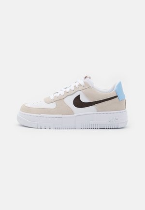 AIR FORCE 1 PIXEL - Matalavartiset tennarit - desert sand/dark cinder/white