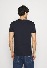 Tommy Hilfiger - NEW SMALL LOGO TEE - T-shirt med print - desert sky - 2
