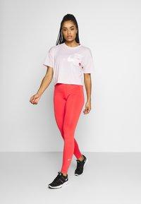 Nike Performance - ICON CLASH WOW - Camiseta estampada - barely rose/(white) - 1