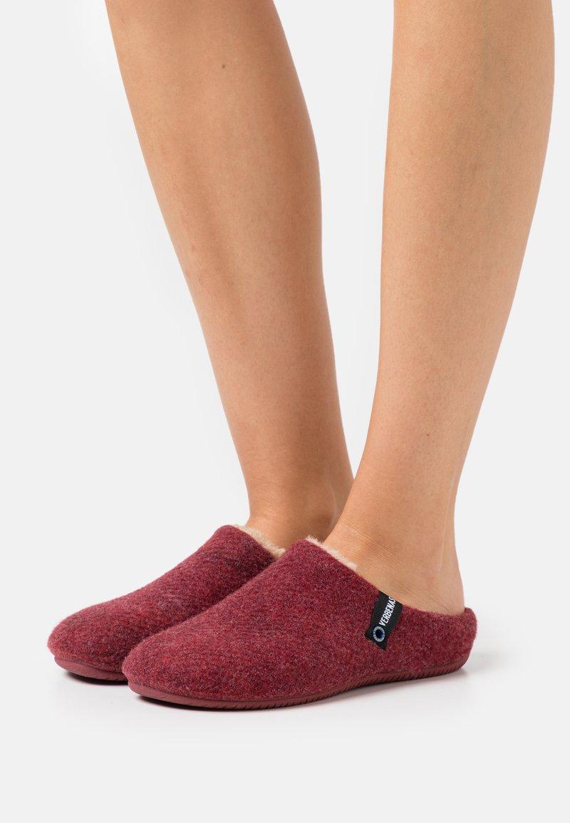 VERBENAS - Slippers - burdeos