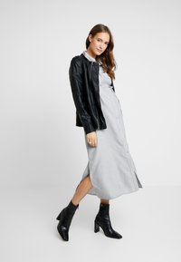 Glamorous Bloom - SHORT SLEEVE MIDI DRESS WITH BELT - Shirt dress - grey - 1