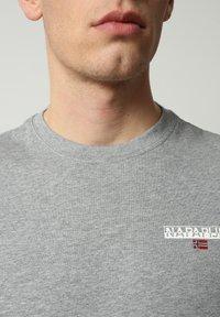 Napapijri - S-ICE SS - Print T-shirt - medium grey melange - 2