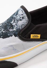 Vans - CLASSIC - Nazouvací boty - black/blue/yellow - 2