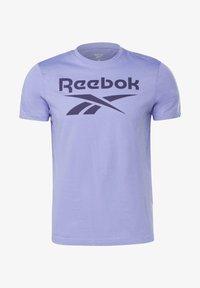 Reebok - GRAPHIC SERIES REEBOK STACKED TEE - Print T-shirt - purple - 5