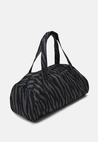 Nike Performance - GYM CLUB - Sportovní taška - black/fireberry - 2