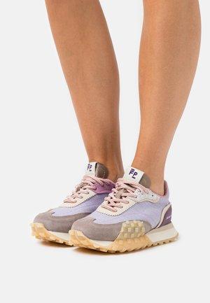 CREASE RUNNER SPRINT - Trainers - purple
