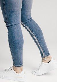SIKSILK - SKINNY DISTRESSED PAINT - Jeans Skinny Fit - midstone/white - 4