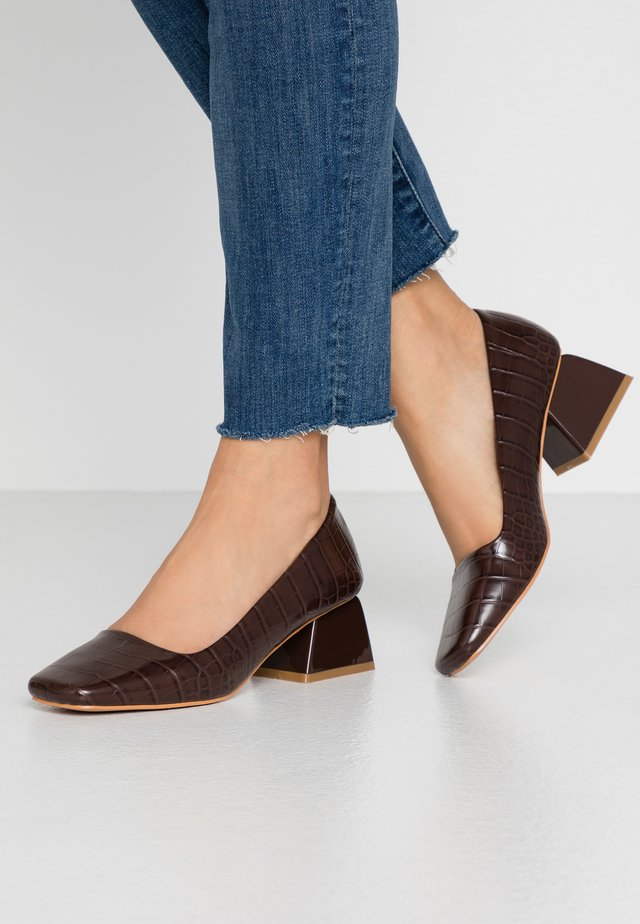 WIDE FIT SQUARE TOE LOW HEEL SHOE - Klassiske pumps - brown