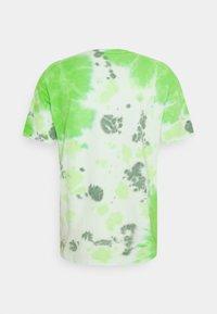 Nike Sportswear - TEE  - T-shirt med print - mean green/barely green - 7